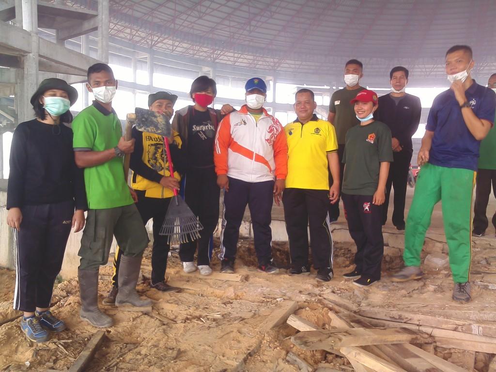12 Sept 2015. Anggota Menwa Yon 041 Melaksanakan Gotong Royong beserta pegawai rektorat di GGM( Grand Gasing Millenium)
